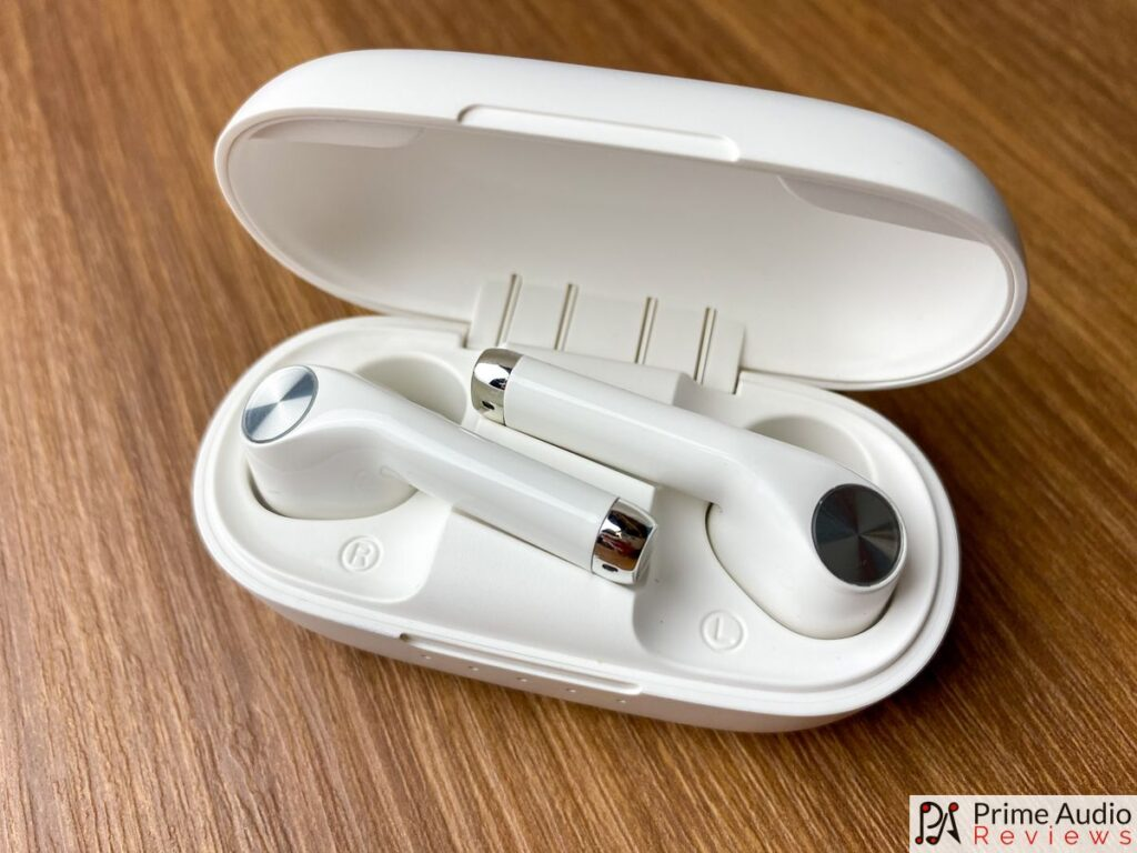 EZEAR Q70Y earbuds in charging case
